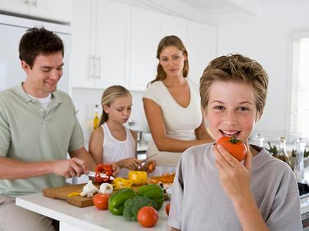 Rodzinne posiłki przekonują do warzyw i owoców