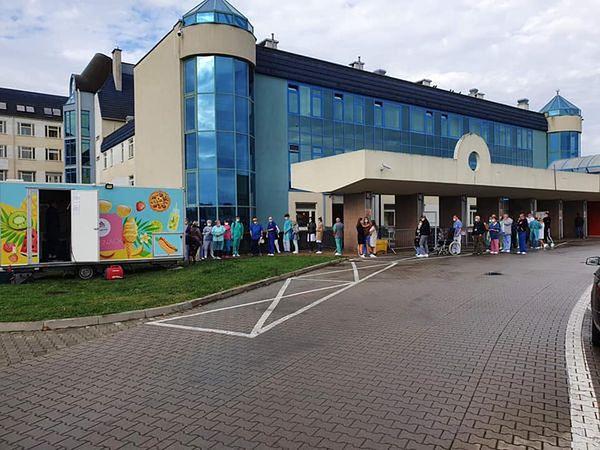 Wrocław. Foodtruck przed szpitalem uniwersyteckim codziennie przeżywa oblężenie. Szpitale potrzebują podstawowej pomocy