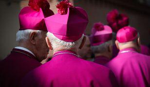 Lista biskupów do dymisji. A na niej ponad 20 ważnych postaci