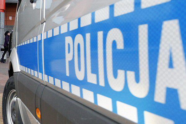 Akcja policji w Krakowie. Mężczyzna zabarykadował się w mieszkaniu z kobietą i dzieckiem