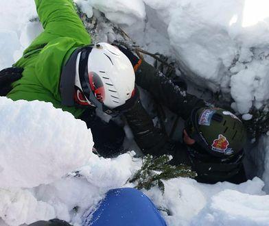 """Snowboardzista wpadł do """"studni"""" drzewnej. Akcja ratunkowa GOPR"""