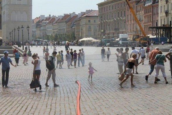 Upały w stolicy nie słabną. Ratusz przypomina