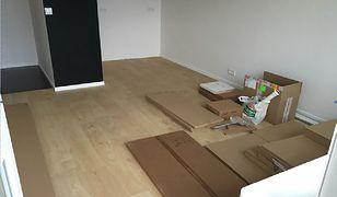 Pudła i elementy konstrukcyjne mebli kuchennych leżą w całym mieszkaniu. I tak od miesiąca