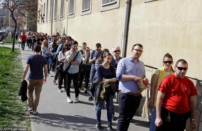 Kolejka przed lokalem wyborczym w Budapeszcie
