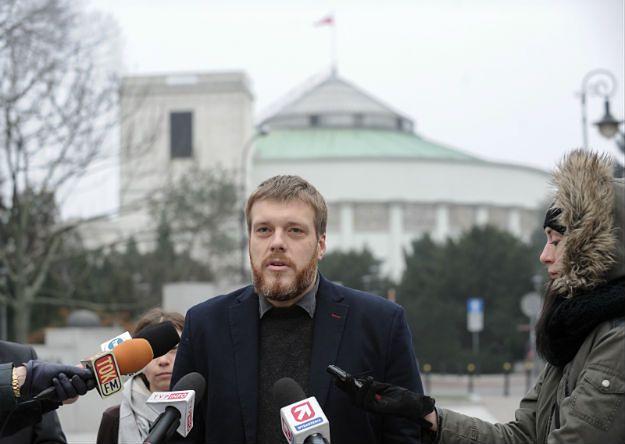Adrian Zandberg zwołał konferencję przed Sejmem. Został spisany przez policję