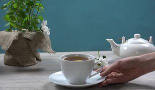 Rumiankowa herbata z miętą i cytryną. Poprawia nastrój i strawia na nogi