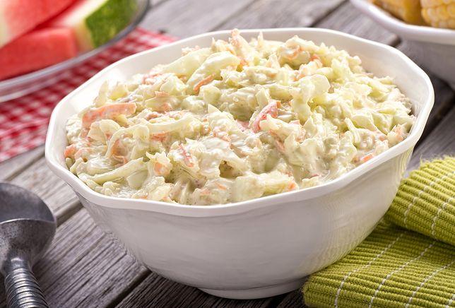 Sałatka coleslaw znana jest niemal w kuchni każdego kraju. Jej głównym składnikiem jest szatkowana biała kapusta, a pozostałe dodatki zależą od przepisu i upodobań.