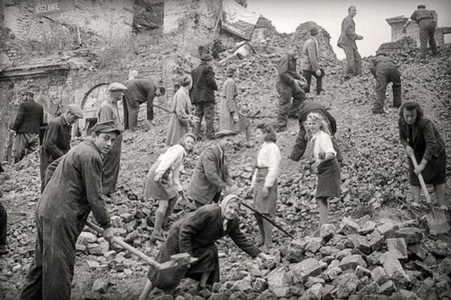Odgruzowywanie zniszczonej podczas II wojny światowej Warszawy