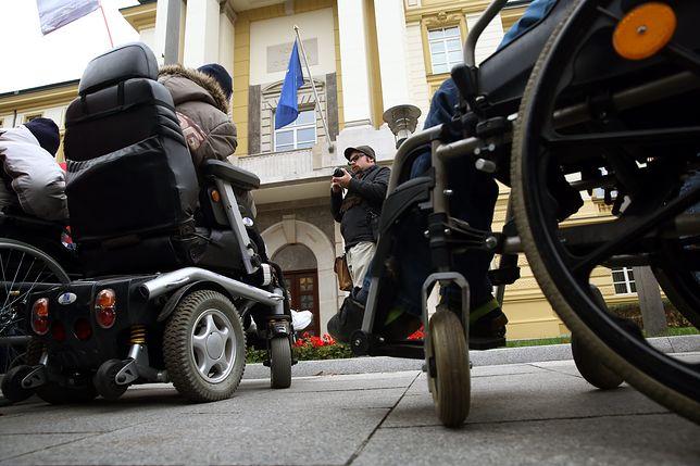 Opiekunowie osób niepełnosprawnych mają dość. Pozywają państwo