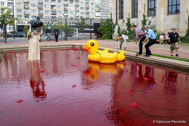Warszawa. Kaczka przy pomniku papieża, fot. Lotna Brygada Opozycji - Twitter