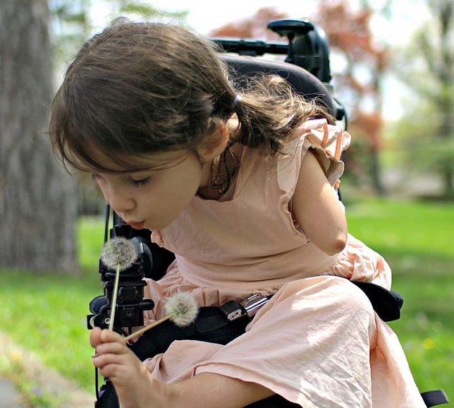 """Ta dziewczynka nie """"przezwycięża"""" niepełnosprawności. Ona po prostu jest sobą"""