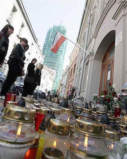 Flagi na Litwie przepasane kirem; czwarty dzień żałoby