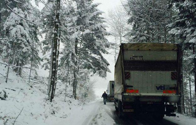 W całej Polsce spadł śnieg. Fatalne warunki na drogach. IMGW ostrzega przed zawiejami