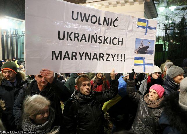 W wielu krajach, w tym w Polsce, odbywają się protesty przeciwko rosyjskiej agresji wobec ukraińskich marynarzy