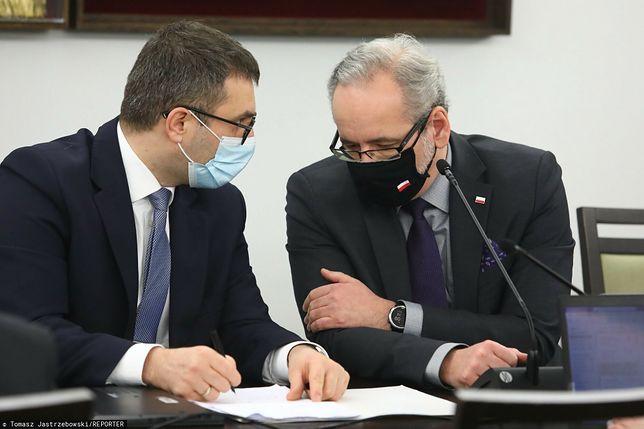Prezes Agencji Rezerw Materiałowych Michał Kuczmierowski z ministrem zdrowia Adamem Niedzielskim