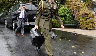 Żołnierz niesie teczkę z atomowymi kodami