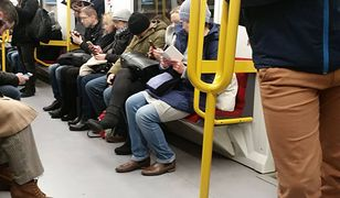 Warszawskie metro i jedna osoba, która nie spogląda w telefon