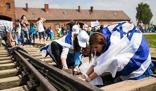 Uczestnicy Marszu Żywych w drodze z Byłego Nazistowskiego Obozu KL Auschwitz do Obozu KL Birkenau