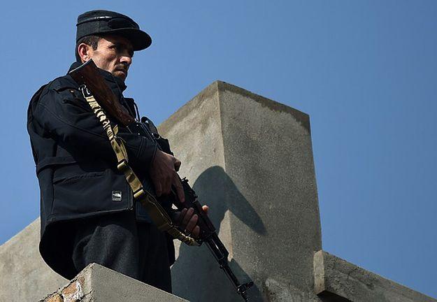Policjant na dachu budynku w Kabulu.
