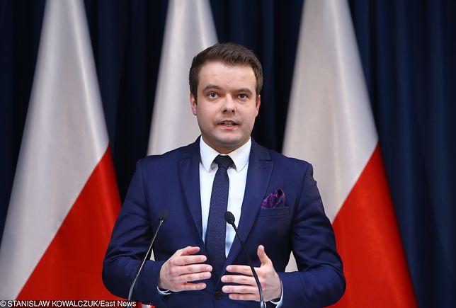 Rafał Bochenek od 2016 roku jest rzecznikiem prasowym rządu Beaty Szydło