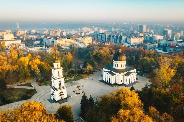 Kiszyniów może pochwalić się ciekawymi budowlami. Masywne budynki rządowe, XIX-wieczny łuk triumfalny, Narodowe Muzeum Historii czy Sobór Narodzenia Pańskiego robią wrażenie
