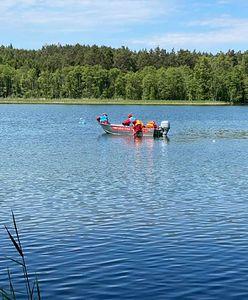 Dryfująca łódka na jeziorze Oskowo. Koniec akcji poszukiwawczej