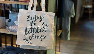 Na płóciennych torbach często drukuje się różne ciekawe slogany