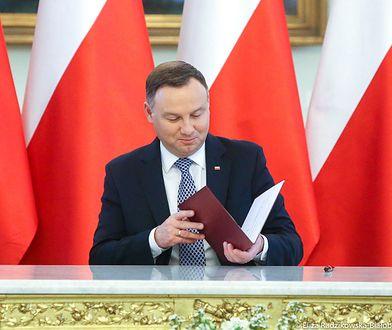 Z inicjatywą wprowadzenia dodatku wraz z podniesieniem zasiłku wyszedł prezydent Andrzej Duda w maju.