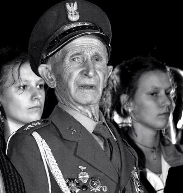 Zmarł Antoni Jabłoński - żołnierz, który zawiesił polską flagę na Kolumnie Zwycięstwa w Berlinie
