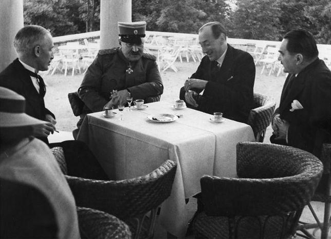 Spotkanie polskiego ministra spraw zagranicznych Józefa Becka (drugi z prawej) z przedstawicielami rządu Jugosławii, m.in. z premierem Milanem Stojadinoviciem (pierwszy z prawej). 27 maja 1936 r.