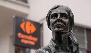 Pomnik do tej pory znajdował się obok kawiarni Rue de Paris