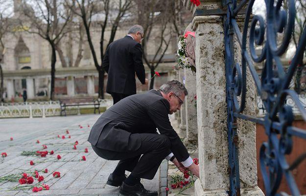 Niemiecki minister Thomas de Maiziere składa kwiaty na miejscu zamachu