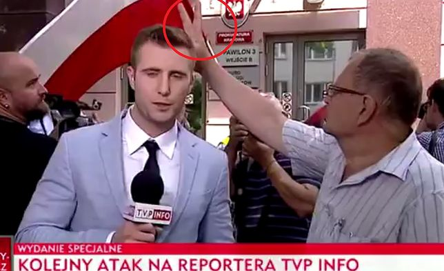 """""""Kolejny atak na reportera TVP"""". Przedziwny incydent podczas relacji sprzed prokuratury"""