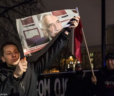 """Międlar spalił zdjęcie Mazowieckiego i nazwał go """"parchem"""". Będzie wniosek do prokuratury"""