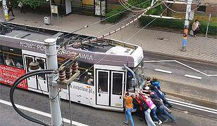 Pasażerowie musieli pchać tramwaj we Wrocławiu. Jest reakcja MPK