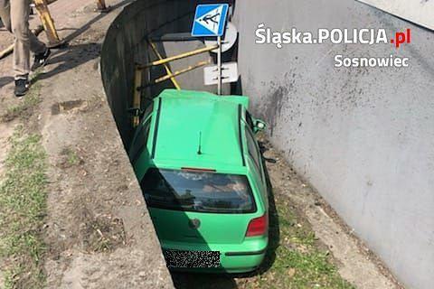 Sosnowiec. Kierowca volkswagena jazdę zakończył w rowie okalającym budynek.