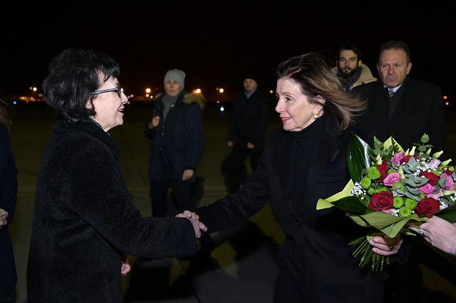 Marszałek Sejmu Elżbieta Witek wita na Okęciu Nancy Pelosi