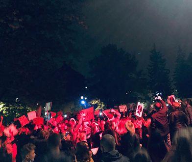 Śląskie. Protesty kobiet w wielu miastach…tłumy, race, znicze i niespodziewane słowa księdza