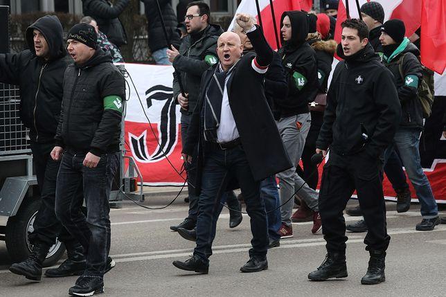 Marsz narodowców w Hajnówce. Policja musiała oddzielać demonstrantów