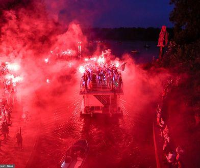 Legia Warszawa piłkarskim mistrzem Polski. W stolicy świętują na wodzie i w powietrzu