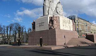 Turyści z Polski zatrzymani na Łotwie. Zdjęli spodnie przed pomnikiem