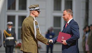 Gen. Rajmund Andrzejczak otrzymuje z rąk prezydenta Andrzeja Dudy akt nominacji na Naczelnego Wodza w czasie wojny
