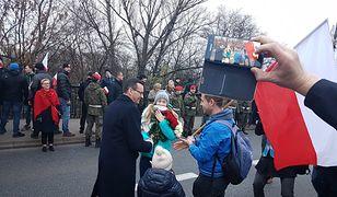 Zatrzymał Marsz Niepodległości. Po chwili wyjął kwiaty i się oświadczył