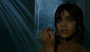 """Rihanna odtworzyła słynną scenę z """"Psychozy"""". Dorównała oryginałowi?"""