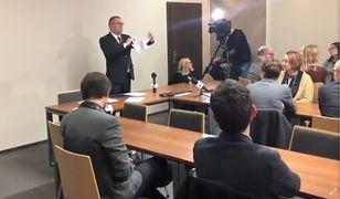 Maciej Nawacki w obecności mediów podarł uchwały sędziów
