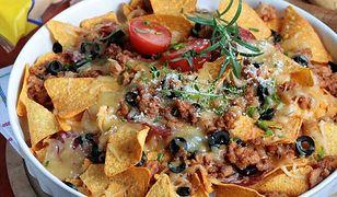 Nachosy z chili con carne i sosem serowym. Idealna przekąska na wieczór