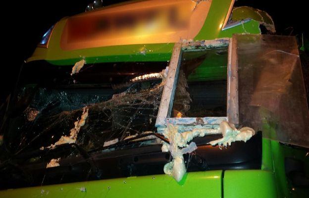 """To się nazywa naprawa """"na patencie"""". Wstawił domowe okno do ciężarówki"""