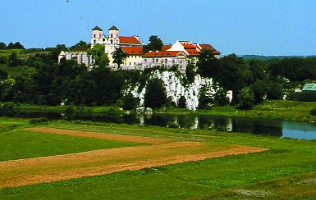 Tyniec położony jest malowniczo w zachodniej części miasta pośród wapiennych wzgórz jurajskiego przełomu Wisły