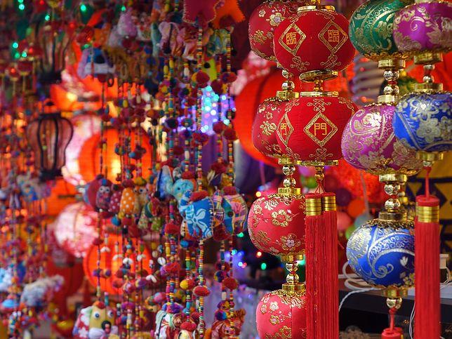 Chińskie ozdoby w dzielnicy Chinatown w Singapurze