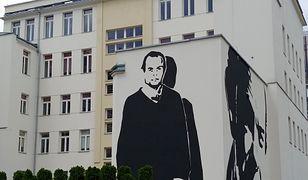 Warszawa. Mural z wizerunkiem Jacka Kuronia